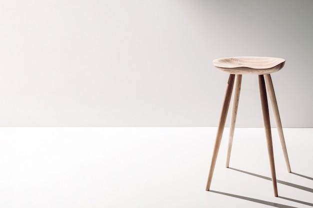 白い背景の上の解剖学的に形作られた座席とオークの椅子