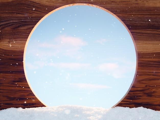 Деревянная доска с круглым отверстием в снегу в зимний солнечный день