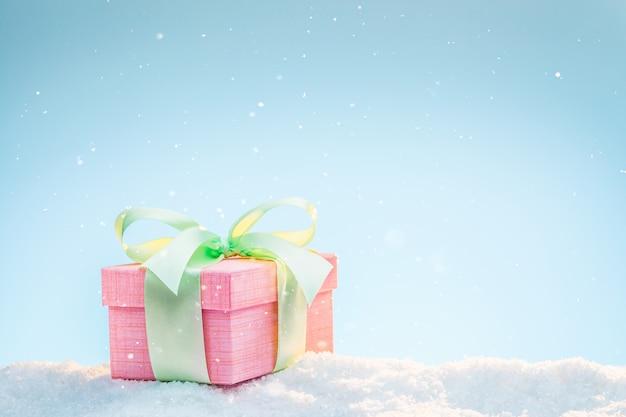 Подарок пастельных тонов на снегу в зимний солнечный день