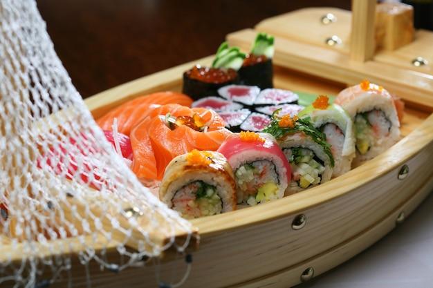 Ассорти из суши подается в оригинальной деревянной лодке