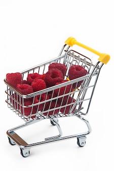 Малина в корзине супермаркета