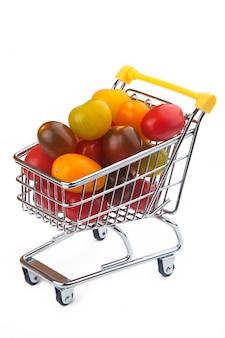 Помидоры черри в корзине супермаркета