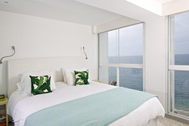 海を見渡すモダンな部屋のインテリア。