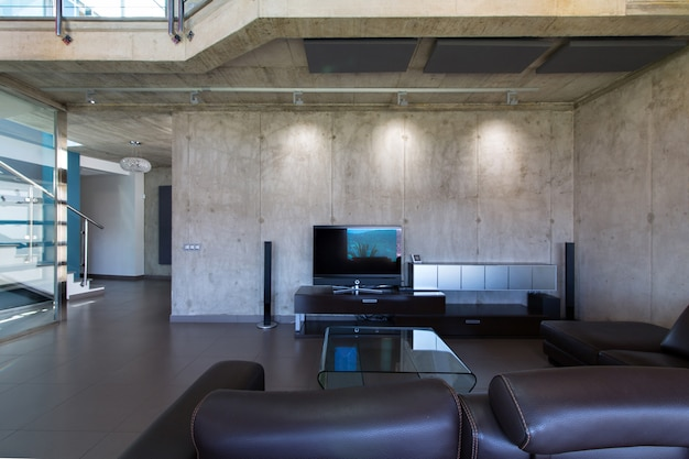 モダンなコンクリートの家のインテリアのリビングルーム。