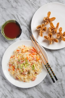 Крупный план китайского риса три деликатесы и жареные бессмысленные.