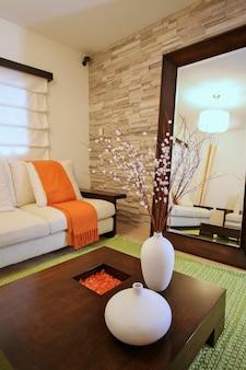 緑とオレンジ色の装飾、家と装飾が施されたモダンなリビングルーム。