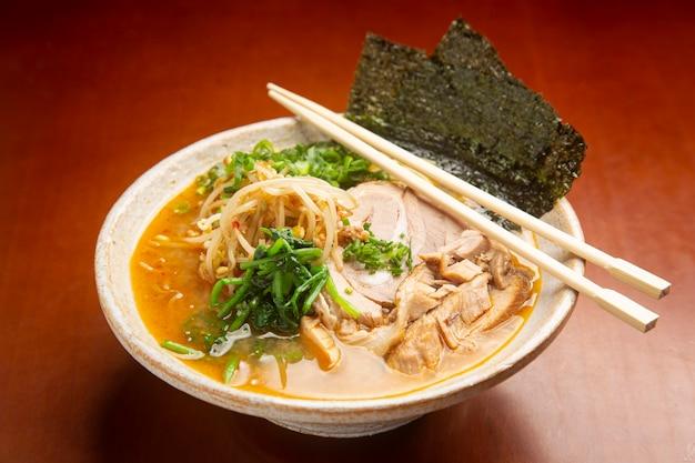 Японская типичная еда мисо рамен.