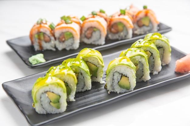 アボカドとサーモンの巻き寿司のクローズアップ。