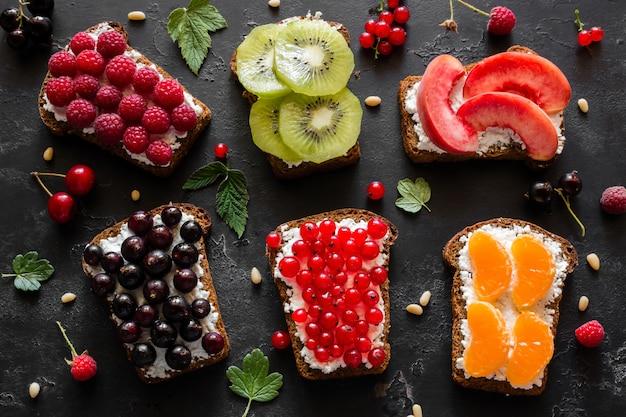 Домашние бутерброды с ягодами и фруктами крупным планом