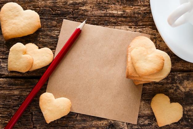 ハート、お茶、鉛筆、メモの形をしたクッキー