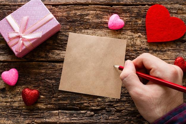 男は木製の愛のメモを書き込みます