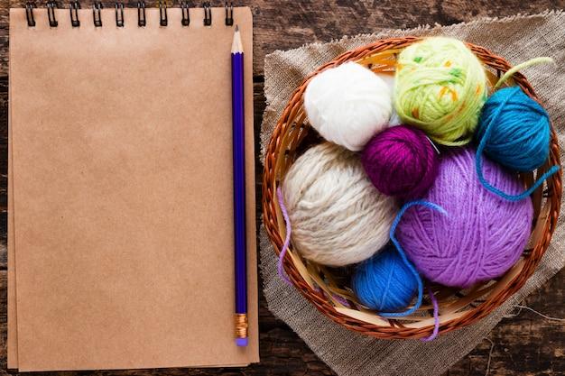 ノート、鉛筆、ボール糸付きバスケット