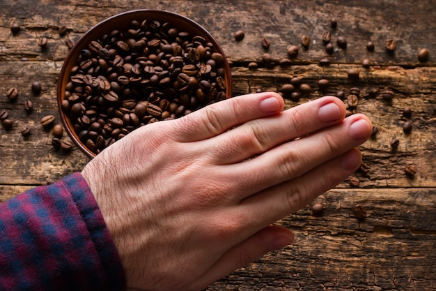Мужчина демонстрирует оставление кофе