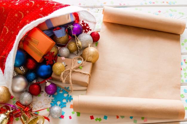 クリスマスとウィッシュリストへのプレゼントとサンタ帽子