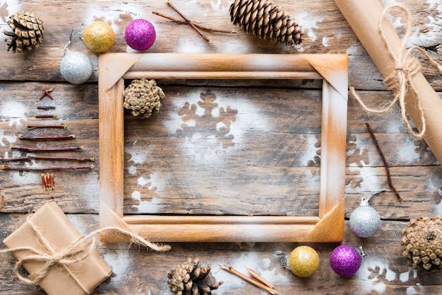 木製フレームとクリスマスの装飾のおもちゃ、ギフト、コーン