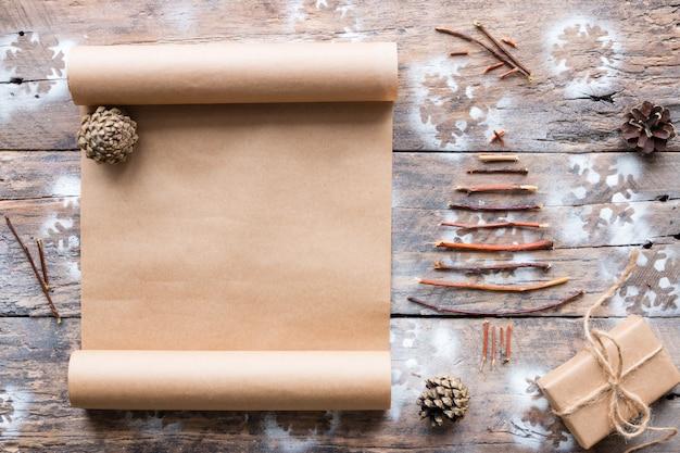 木製のギフトリストとクリスマスの飾り