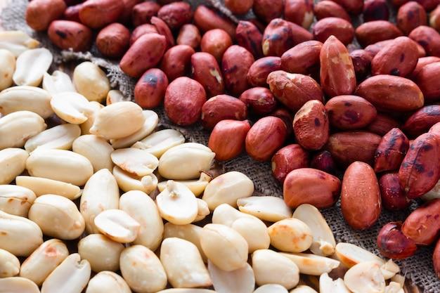 Сырой и очищенный жареный арахис