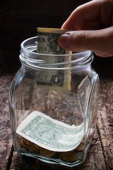 貧しい人々に寄付をする男
