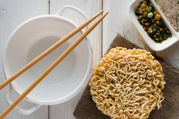 ブロンニツァ、麺、スパイス、白の箸