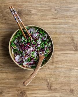 麺サラダ、野菜、ゴマ油。アジア料理。
