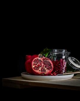ザクロ。季節のフルーツ。ザクロの種子。