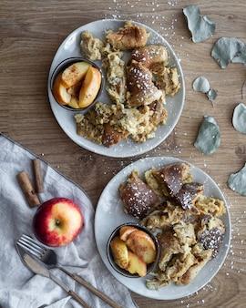 リンゴとシナモンの典型的なオーストリアのパンケーキ。