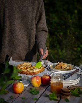 Пикник в парке с домашним яблочным пирогом.