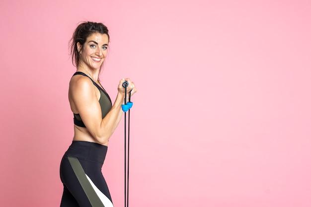 Вид сбоку фитнес женщина тренировка и растяжка
