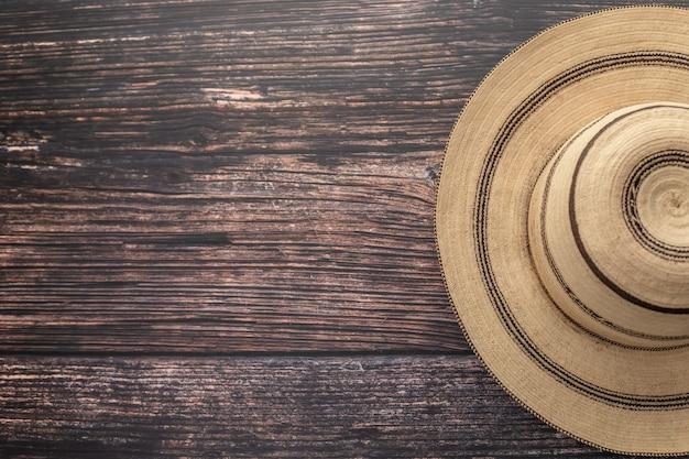 Традиционная расписная панамская шапка на деревянном столе