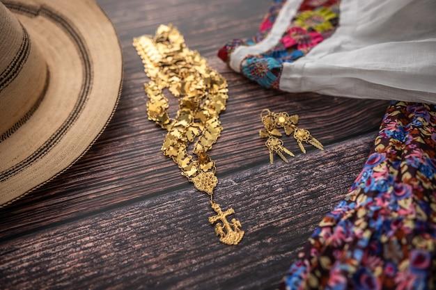 彼女の金の宝石類とパナマ帽子のパナマの手作りの農民の女性の伝統的なキャミソール