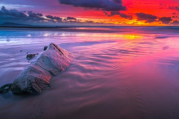 バスク地方のビアリッツに隣接するビダールのビーチの夕日。