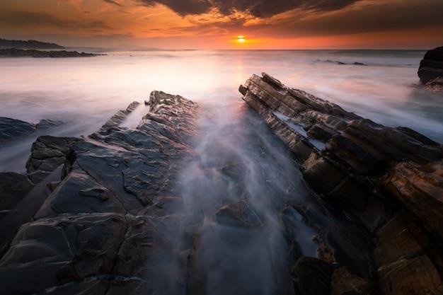Закат на пляже бидарта рядом с биарриц, страна басков.