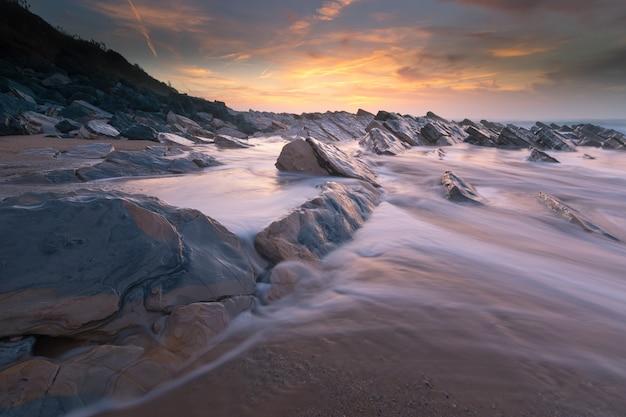 バスクの国ビアリッツの隣にあるビダールのビーチの夕日。