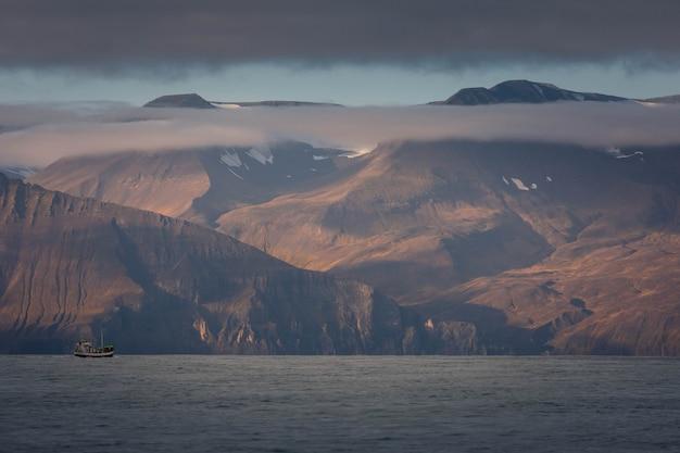 北アイスランドのフサビク近くの崖と海。