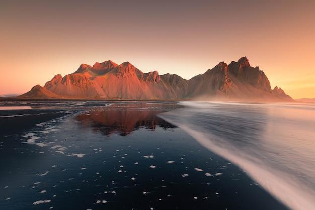 アイスランド、ストックスネスビーチからヴェストラホルン山を眺める。