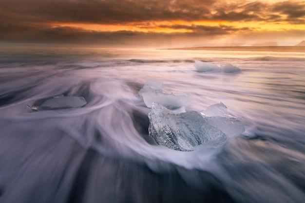 南アイスランドのヴァトナヨークトル氷河の手配ラグーン氷河の横にあるダイヤモンドアイスビーチ。