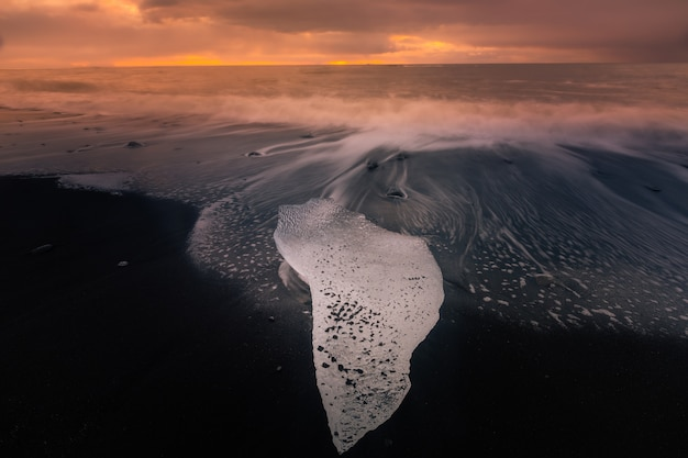 Алмазный ледяной пляж рядом с ледником лагуны йокулсарлон от ледника ватнайёкюдль в южной исландии.