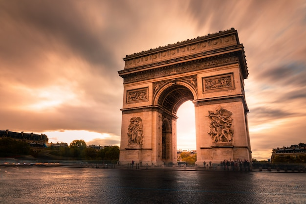 Триумфальная арка в центре парижа