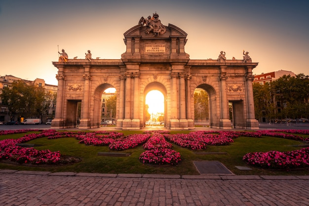 「プエルタデアルカラ」/スペイン、マドリッドの中心にあるアルカラ門。