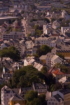 Красивый город олесунн, его фьорд в округе мёре-ог-ромсдал, норвегия. он является частью традиционного района суннмёре и центром региона олесунн.