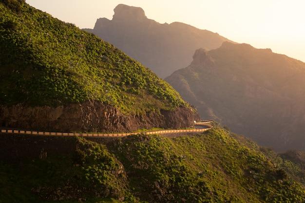 スペイン、カナリア諸島の南テネリフェ島の山への道。