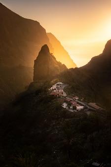 スペインのカナリア諸島、テネリフェ島南部のロスヒガンテス崖にあるマスカ町。
