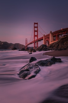 カリフォルニア州サンフランシスコのマーシャルビーチにあるゴールデンゲートブリッジからの眺め