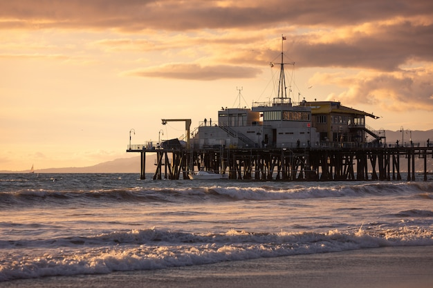 Пирс санта-моники, культовый вид с побережья калифорнии
