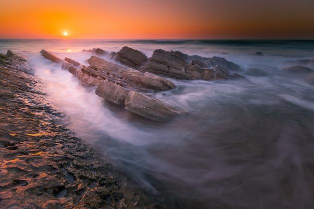Закат на пляже бидар, страна басков.