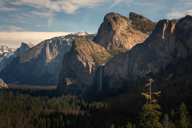 カリフォルニア州ヨセミテ国立公園のブライダルベイル滝