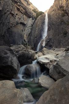 カリフォルニアのヨセミテ国立公園内のヨセミテ滝