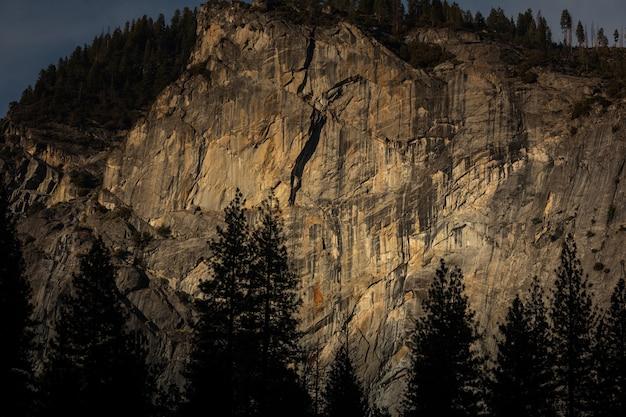 カリフォルニアのヨセミテ国立公園の花崗岩の岩壁からのスポット