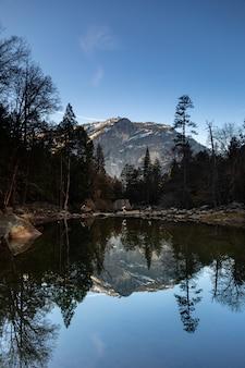 カリフォルニアのヨセミテ国立公園からの古典的な景色であるミラー湖を見てください