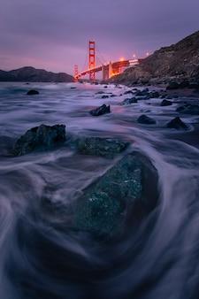 アメリカ合衆国、カリフォルニア州サンフランシスコのマーシャルビーチにあるゴールデンゲートブリッジからの眺め。